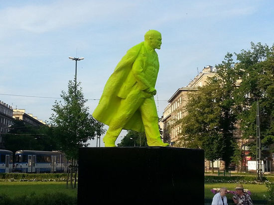 Писающий Ленин в Кракове 1