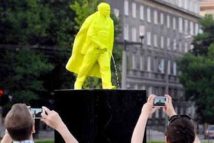 Писающий Ленин в Кракове 3