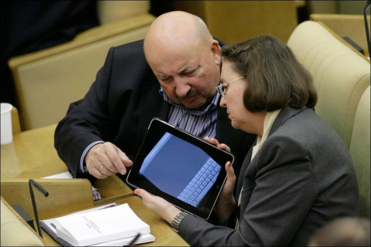 Депутат с планшетом 4