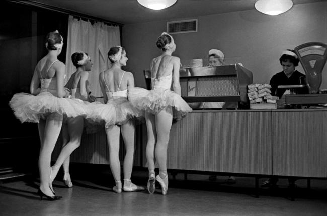 «Лебеди». Артистки балета Большого театра СССР в буфете Кремлевского Дворца съездов. 1963 год. © Евгений Умнов