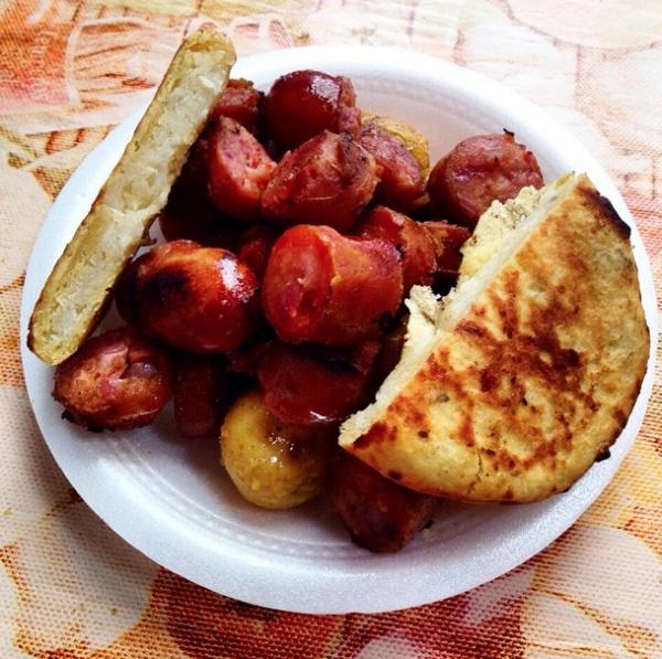 Арепа — сэндвич из толстого кукурузного хлеба, в который добавляется свиная колбаска (чоризо) с соусом чили