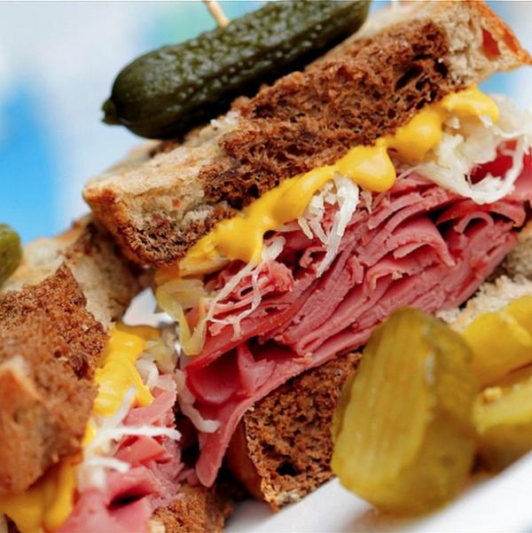 Любимый бутерброд канадцев — это копченое острое мясо на ржаном хлебе с горчицей и огурцом.