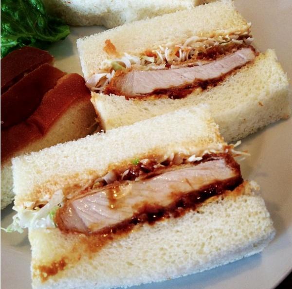 Японский кацу-сандо состоит из обжаренного мяса на белом хлебе с добавлением майонеза и горчицы.