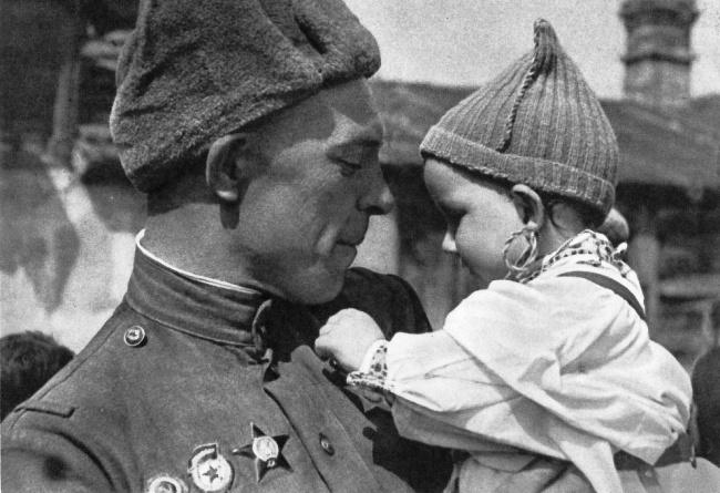 День Победы советский солдат с чешской девочкой