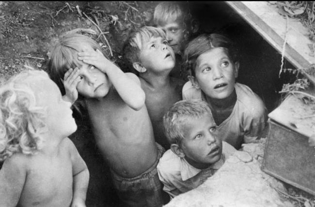 День победы дети прячутся от бомбёжки
