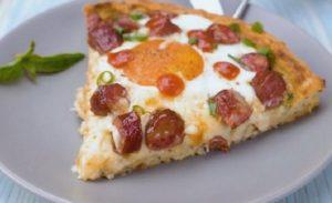 картофельная пицца с колбасками