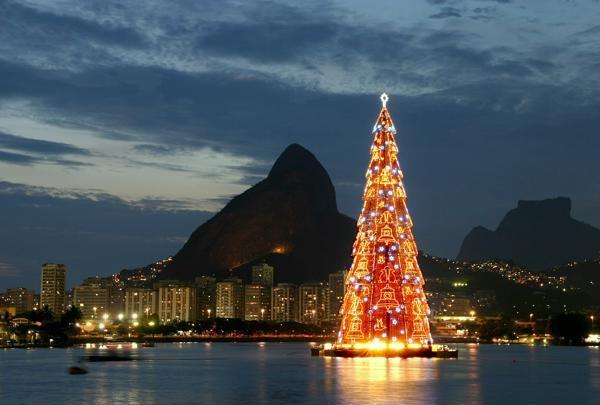 Плавучая рождественская ель в Рио
